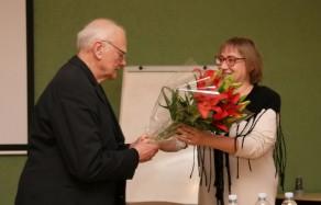 Prof. Juozą Algimantą Krikštopaitį sveikina LKTI direktorė dr. Jolanta Širkaitė