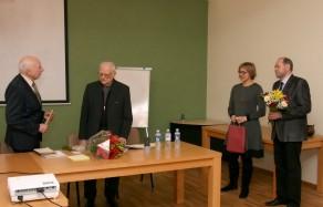 Prof. Libertas Klimka sveikina prof. J. A. Krikštopaitį kartu su Lietuvos mokslo istorikų ir filosofų bendrijos tarybos nariais dr. Birute Railildu Juzefovičiumi