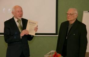 Prof. Juozą Algimantą Krikštopaitį sveikina prof. Libertas Klimka