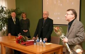 Prof. Juozą Algimantą Krikštopaitį sveikina prof. Libertas Klimka, dr. Birutė Railienė, dr. Naglis Kardelis